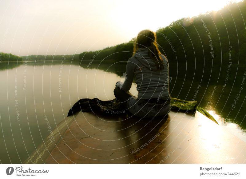 Floßfahrt Mensch Natur Ferien & Urlaub & Reisen Jugendliche Sommer Wasser Junge Frau Sonne Erholung Einsamkeit ruhig Ferne Küste Freiheit See Zufriedenheit