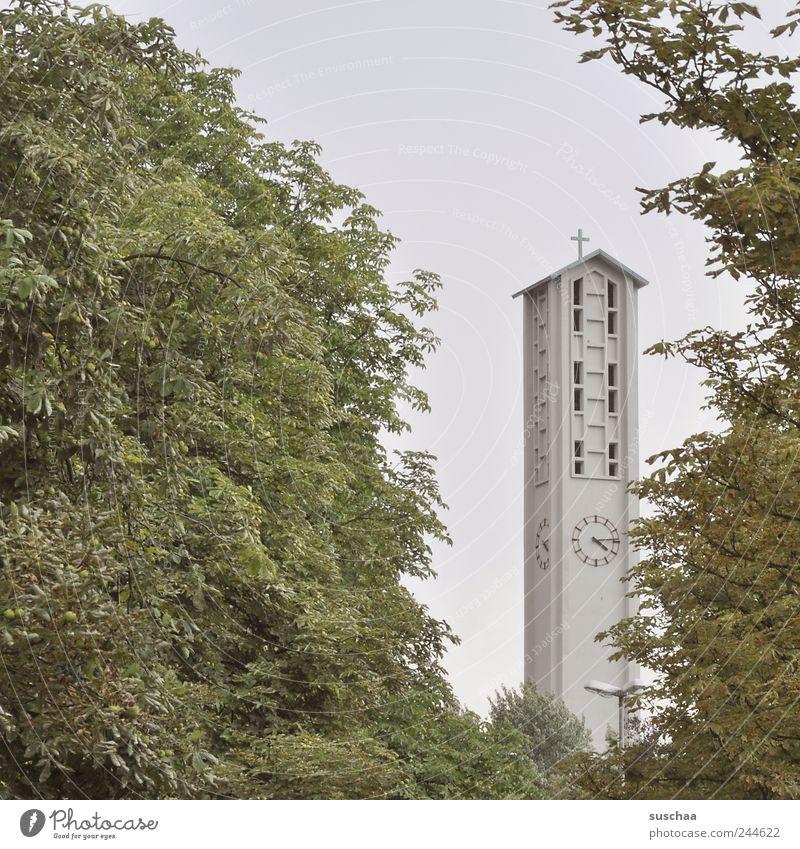 virtel nach vier .. sagt gott! Umwelt Himmel Sommer Kleinstadt Stadtrand Kirche Gebäude Architektur Beton grün Schutz Glaube Religion & Glaube Baum Blatt Uhr
