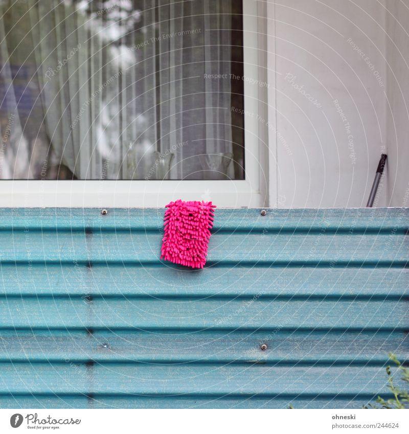 Putzen modebewusst Haus Wand Fenster Mauer Gebäude rosa Fassade Sauberkeit Reinigen Balkon aufhängen trocknen Einfamilienhaus Wischen Putztuch