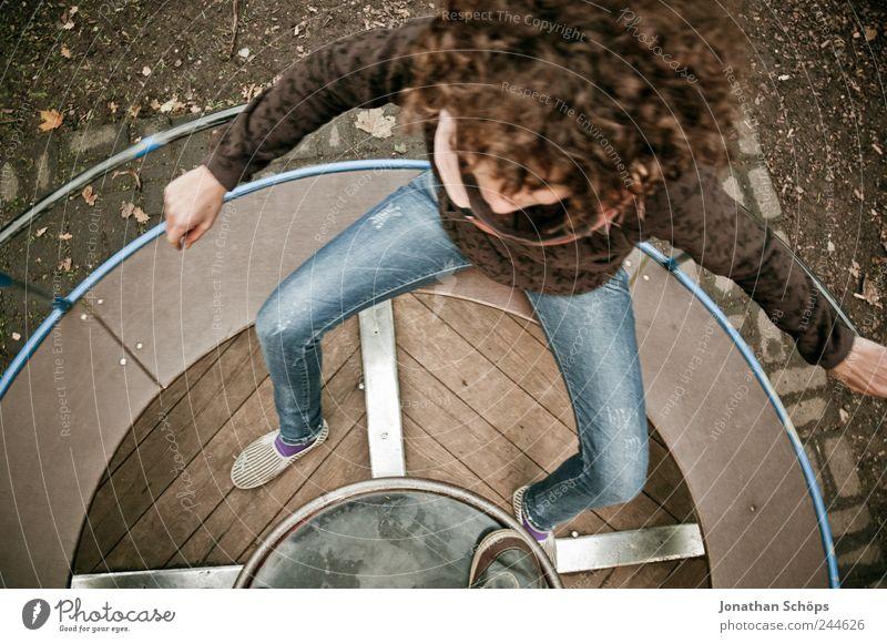 auf der Drehscheibe I Mensch Jugendliche blau Erwachsene Erholung Leben Spielen Freiheit Holz braun Kindheit Freizeit & Hobby sitzen Kreis rund 18-30 Jahre