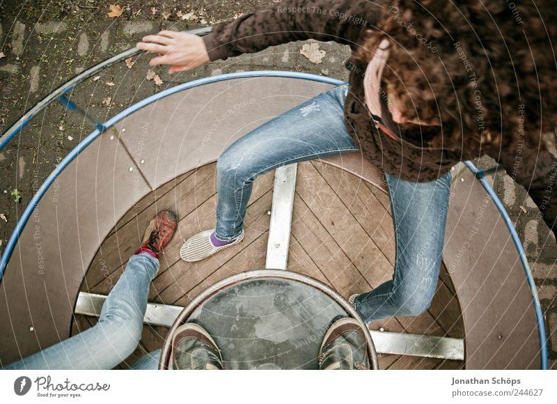 auf der Drehscheibe II Mensch Jugendliche blau Freude Erwachsene Erholung Leben Spielen Gefühle Beine braun Kindheit Freizeit & Hobby sitzen 18-30 Jahre Junge Frau
