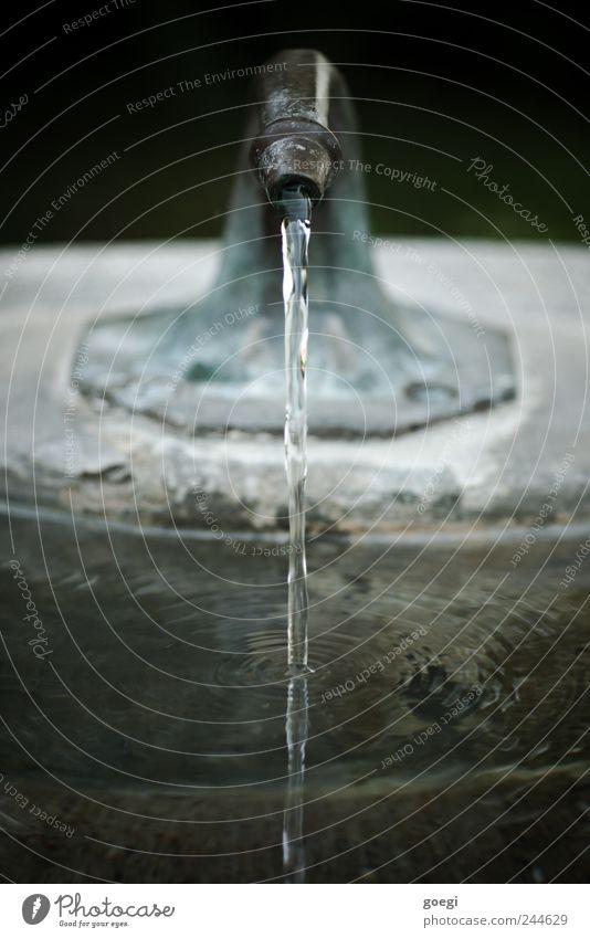H2OH2OH2OH2OH2OH2OH2OH2OH2OH2O Brunnen Wasserstrahl Wasseroberfläche Wasserwirbel Wellen Wasserhahn Stein Metall Flüssigkeit frisch nass Bewegung rein Umwelt