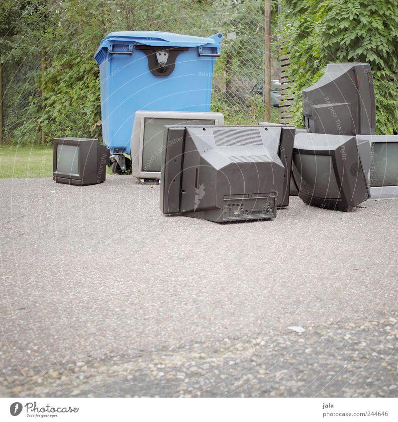 fernsehwoche Fernseher Pflanze Gras Sträucher Wiese Platz Müllbehälter Müllentsorgung Schrott Elektrisches Gerät kaputt Farbfoto Außenaufnahme Menschenleer