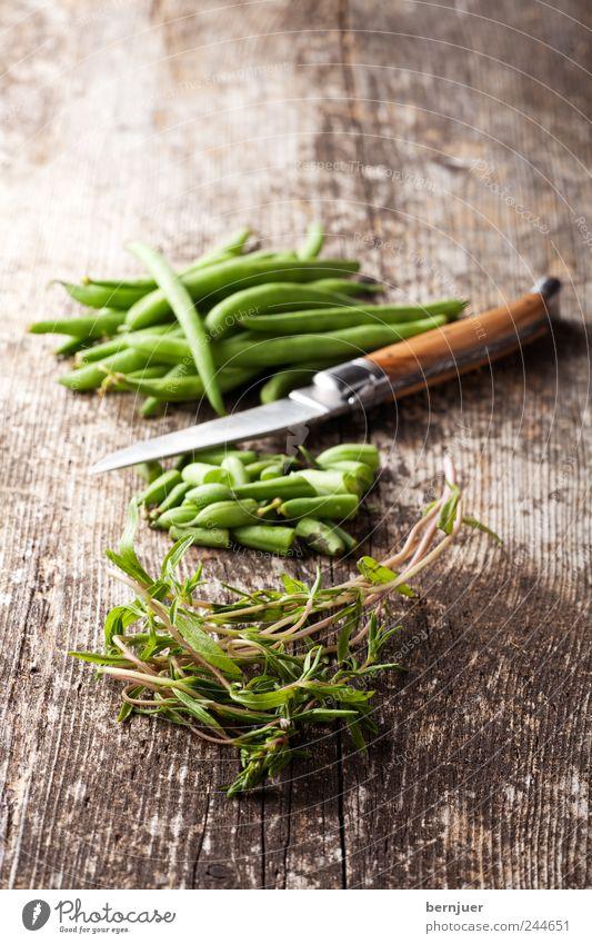 Bohne & Kraut Holz Lebensmittel liegen Kräuter & Gewürze Gemüse Bioprodukte Schneidebrett Messer geschnitten bescheiden sparsam Bohnen rustikal Vegetarische Ernährung Bohnenkraut
