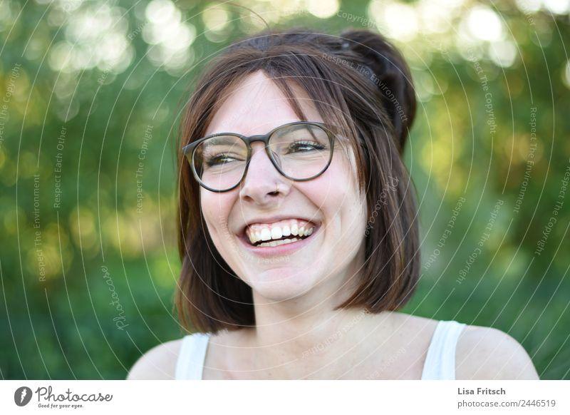 LACHEN - FREI - GLÜCKLICH Junge Frau Jugendliche 1 Mensch 18-30 Jahre Erwachsene Piercing Brille brünett kurzhaarig lachen ästhetisch Fröhlichkeit Glück lustig