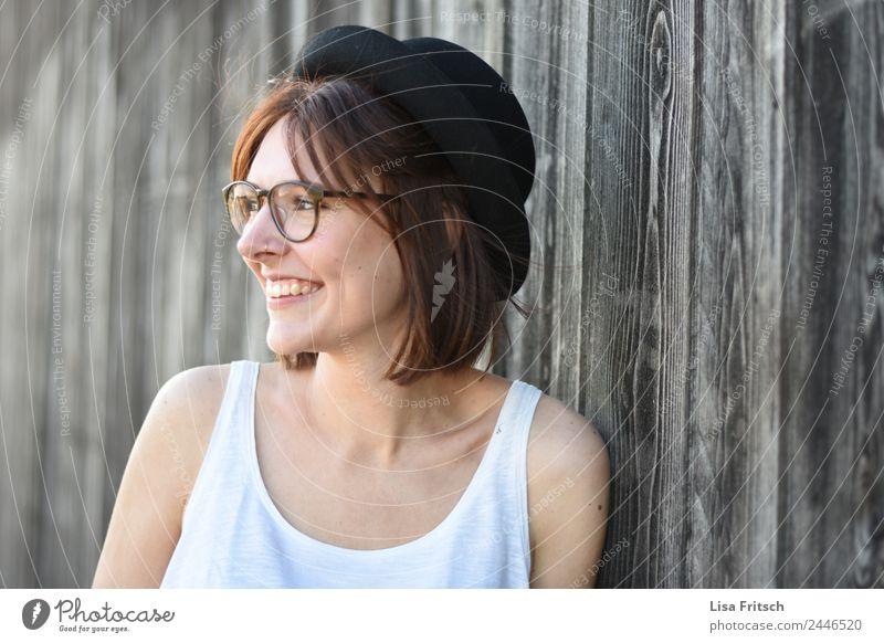 Holz, junge Frau, Hut, Brille, lächeln Lifestyle schön Ferien & Urlaub & Reisen feminin Junge Frau Jugendliche Erwachsene 18-30 Jahre Mauer Wand Piercing