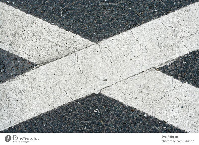 Kreuz auf Asphalt Straße Wege & Pfade Zeichen Schilder & Markierungen Verkehrszeichen einfach fest grau weiß ruhig stagnierend Verbote x durchgestrichen