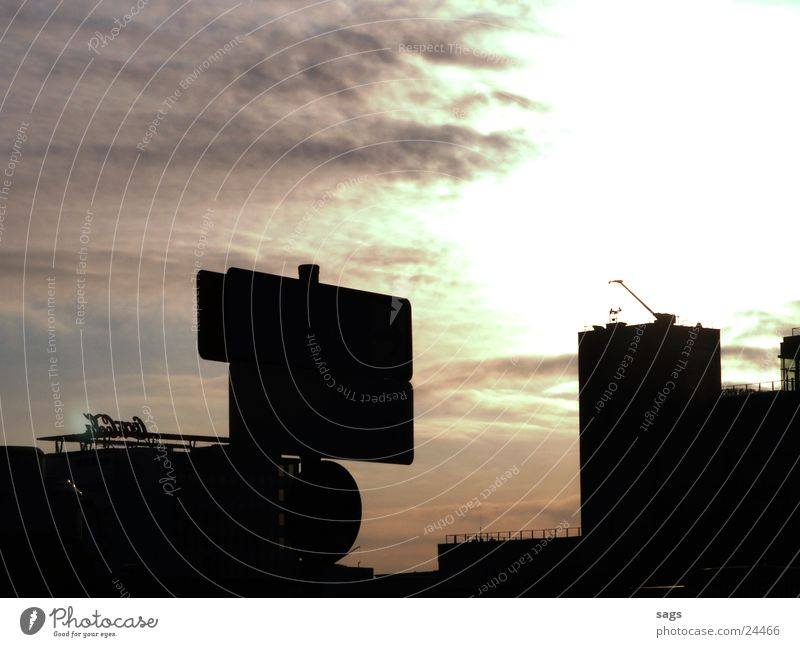 ausblick Gegenlicht Sonnenaufgang Wintersonne Aussicht Dach Parkhaus Dämmerung Morgen Cola schwarz Wolken Kran Stadt Licht Luftverkehr Morgendämmerung Schatten