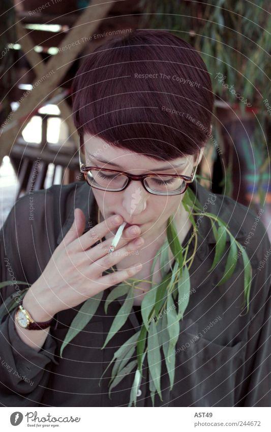 Henrike Mensch Hand grün schön Pflanze Blatt feminin Kopf Haare & Frisuren Stil Feste & Feiern Brille Rauchen Veranstaltung Musikfestival rothaarig
