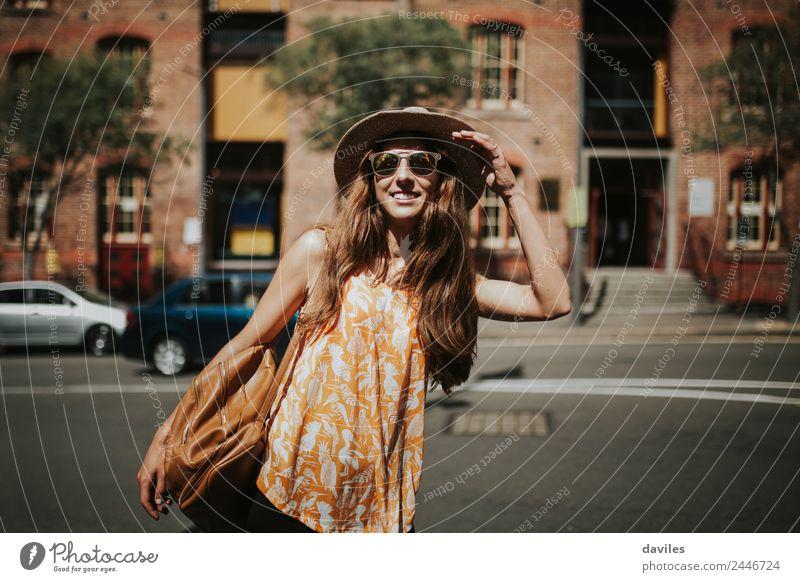 Blonde dünne Frau mit Hut und Sonnenbrille, die tagsüber die Stadt besucht. Lifestyle Stil Freude schön Körper Freizeit & Hobby Ferien & Urlaub & Reisen