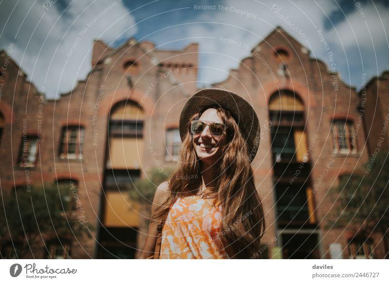 Glückliche dünne Frau mit Sonnenbrille und Hut lächelt beim Besuch von The Rocks in der Stadt Sydney, Australien. Lifestyle Freude Freizeit & Hobby