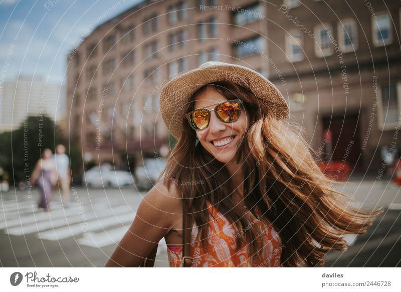 Langhaariges Mädchen mit Hut und Sonnenbrille auf den Straßen der Stadt Sydney in Australien. Lifestyle Freizeit & Hobby Ferien & Urlaub & Reisen Tourismus