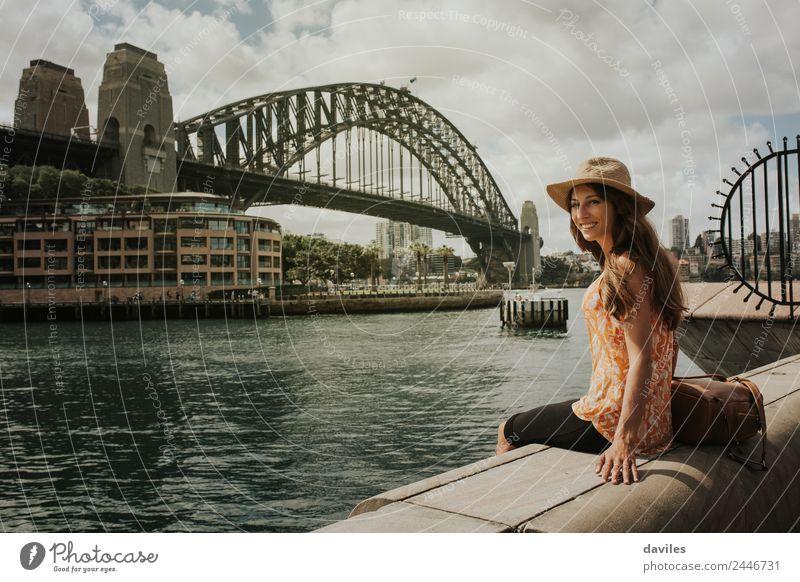 Glückliche Frau schaut in die Kamera mit der Harbor Bridge im Hintergrund, in der Stadt Sydney, Australien. Lifestyle Freude Wellness Freizeit & Hobby