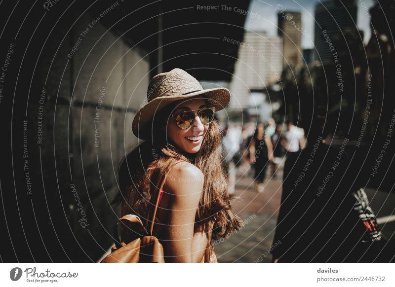 Süße, glückliche Frau, die auf der Straße geht. Lifestyle kaufen Stil Freizeit & Hobby Ferien & Urlaub & Reisen Tourismus Städtereise Sommer Mensch Junge Frau