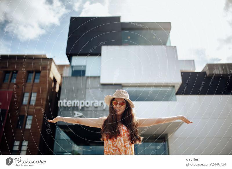 Süße Frau mit offenen Armen posiert vor dem Museum für Zeitgenössische Kunst in Sydney. Lifestyle Freizeit & Hobby Mensch Junge Frau Jugendliche Erwachsene 1