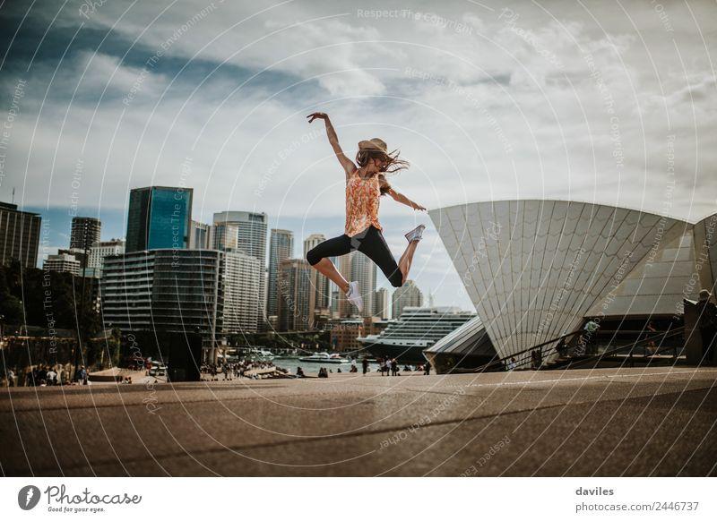 Niedliche Frau beim Springen mit Opernhaus im Hintergrund Lifestyle Freude Freizeit & Hobby Ferien & Urlaub & Reisen Tourismus Ausflug Mensch Junge Frau