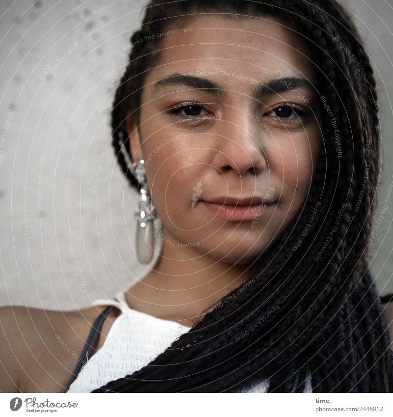 Nikolija feminin Frau Erwachsene 1 Mensch Kleid Ohrringe Haare & Frisuren brünett langhaarig Afro-Look beobachten Denken Blick dunkel Freundlichkeit schön
