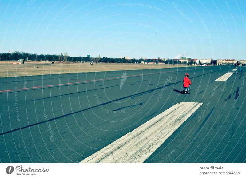 flugfeld Flughafen Landebahn Berlin roter zwerg betonwüste Asphalt Sonntag Streifen Mittelstreifen Fahrbahn Teer Ferne