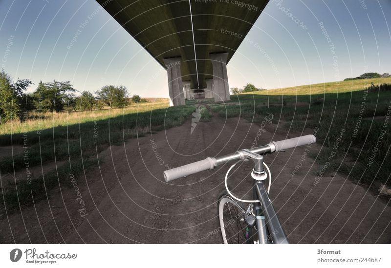 AUTOBAHN Straße Fahrrad ästhetisch Brücke Perspektive Lifestyle Sehnsucht Stadtleben Autobahn Verkehrswege Fahrzeug Autofahren Fernweh Rennbahn Fahrradfahren