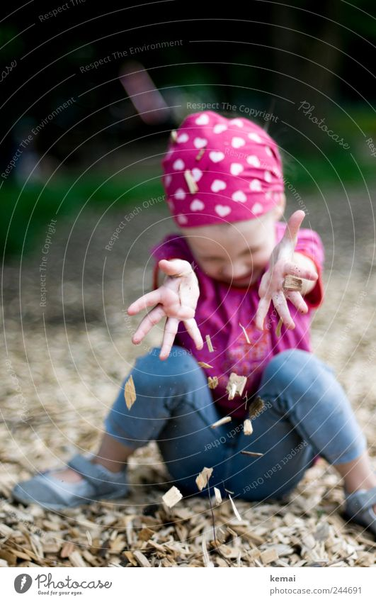 Die einfachen Dinge Spielen Spielplatz Mensch Kind Mädchen Kindheit Leben Hand Finger Beine 1 1-3 Jahre Kleinkind Kopftuch Rindenmulch Holzspäne Herz sitzen