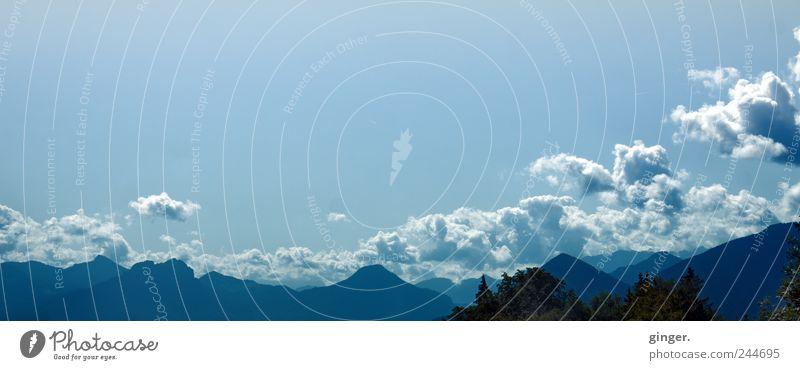 Auf dem Weg in den Süden musst du über mehr als 7 Berge. Himmel blau Wolken Ferne Wald Berge u. Gebirge Alpen fantastisch erleuchten Prima zyan schemenhaft