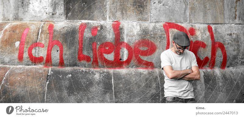 UT Dresden   Wir dich auch maskulin Mann Erwachsene 1 Mensch Mauer Wand T-Shirt Brille Mütze Schriftzeichen Graffiti festhalten stehen warten Romantik