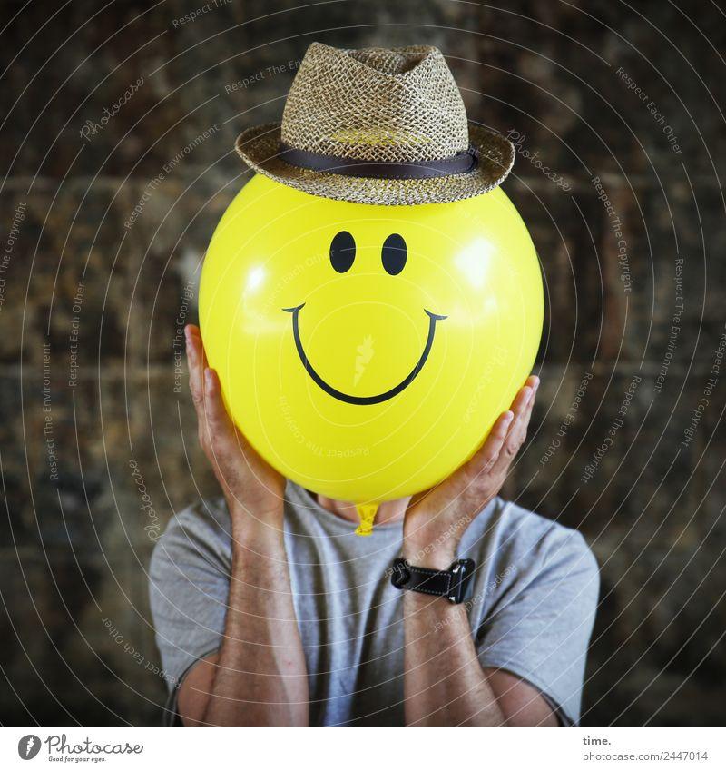 Lebensart | Bright Size of Life | UT Dresden maskulin Mann Erwachsene 1 Mensch Kunst Künstler Schauspieler Mauer Wand T-Shirt Armbanduhr Hut Luftballon