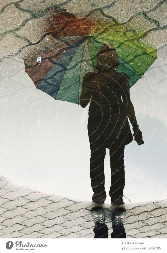 Ich bin da... Frau Mensch Wasser Jugendliche Einsamkeit kalt feminin warten Erwachsene nass stehen bedrohlich einzigartig Regenschirm Flüssigkeit