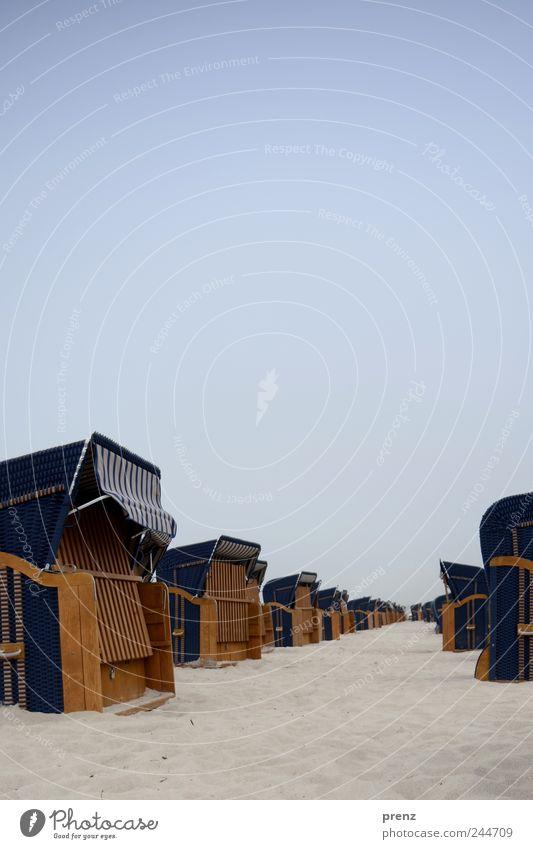 strand Landschaft Sand Himmel Wolkenloser Himmel Strand blau Ferien & Urlaub & Reisen Urlaubsfoto Strandkorb leer geschlossen viele Ostsee Farbfoto