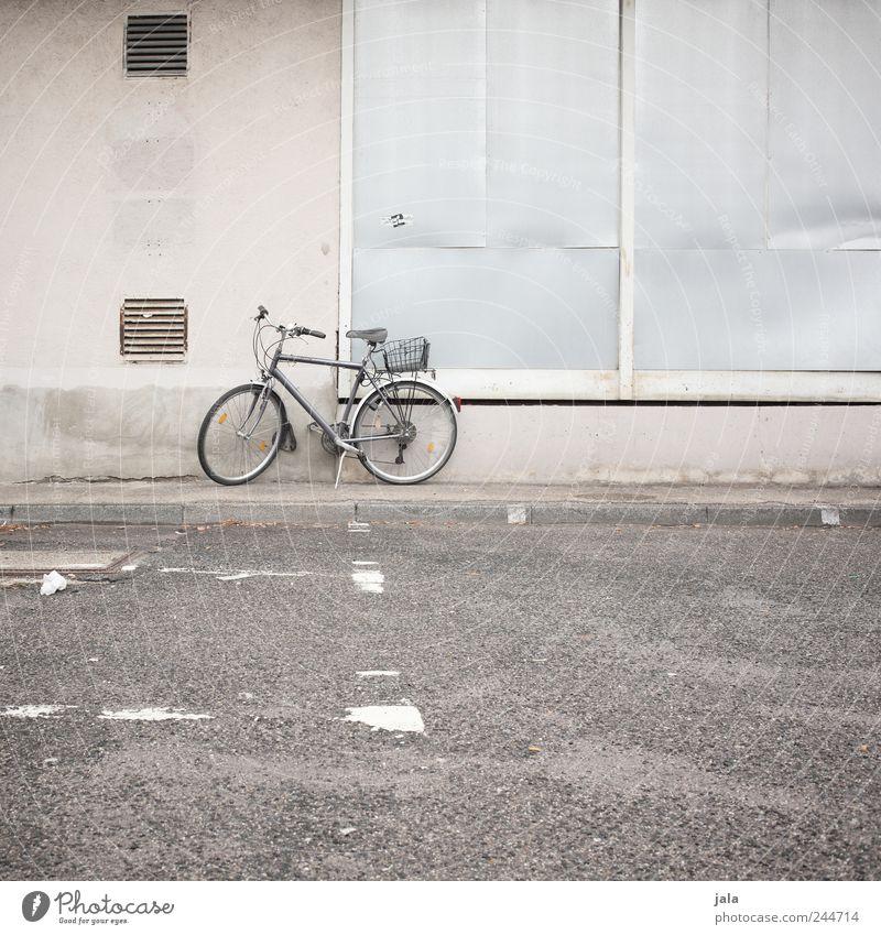 abgestellt Haus Platz Bauwerk Gebäude Mauer Wand Fassade Straße Wege & Pfade Fahrrad trist Farbfoto Außenaufnahme Menschenleer Tag