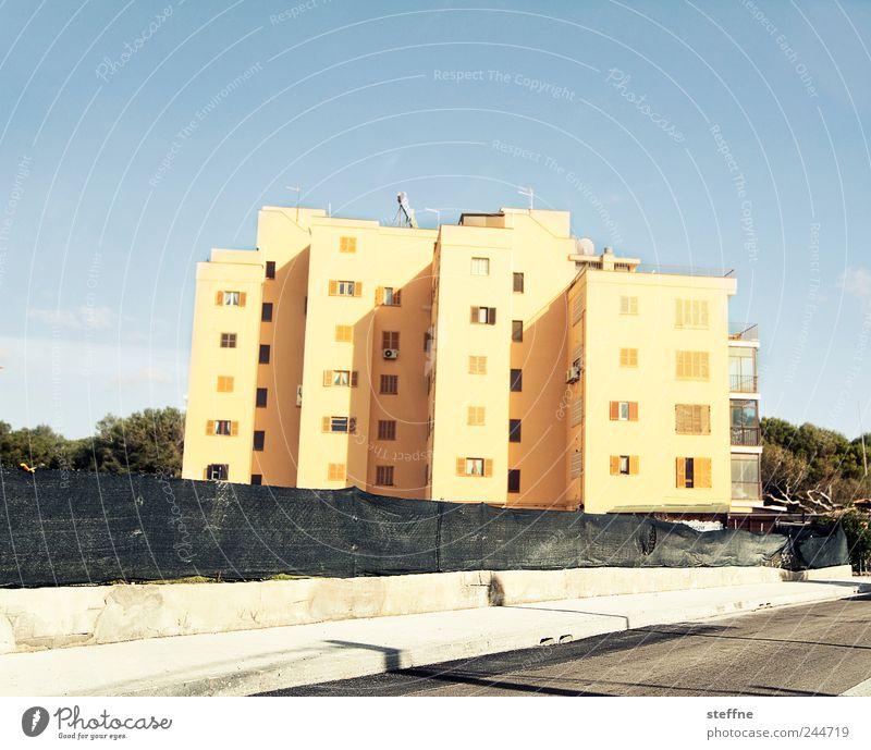 Horizont: gerade. Alles andere: schief. Mallorca el arenal Menschenleer Haus Tourismus Ferien & Urlaub & Reisen Ballermann bettenburg Hotel Sommer Sonnenlicht