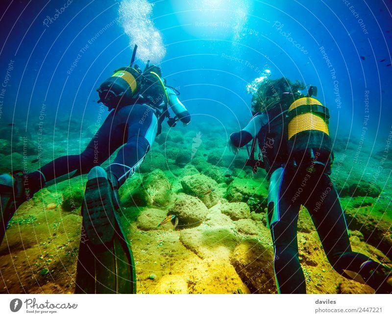 Zwei Personen in ihrem Rücken mit Tauchausrüstung, die den Meeresboden erkunden. Lifestyle exotisch Freude Freizeit & Hobby Ferien & Urlaub & Reisen Tourismus