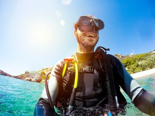 Glücklicher Mann im Taucheranzug am Strand Lifestyle Freude Gesicht Erholung Freizeit & Hobby Ferien & Urlaub & Reisen Abenteuer Meer Sport tauchen Mensch