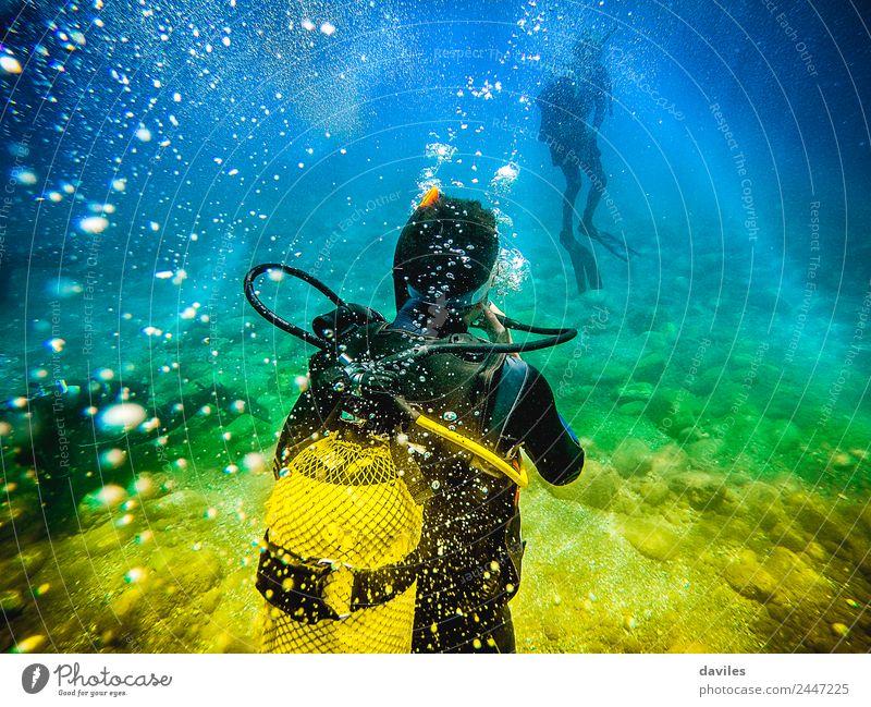 Mann in seinem Rücken mit Tauchausrüstung, der den Meeresboden erkundet. Lifestyle Freizeit & Hobby Ferien & Urlaub & Reisen Abenteuer Sport Wassersport