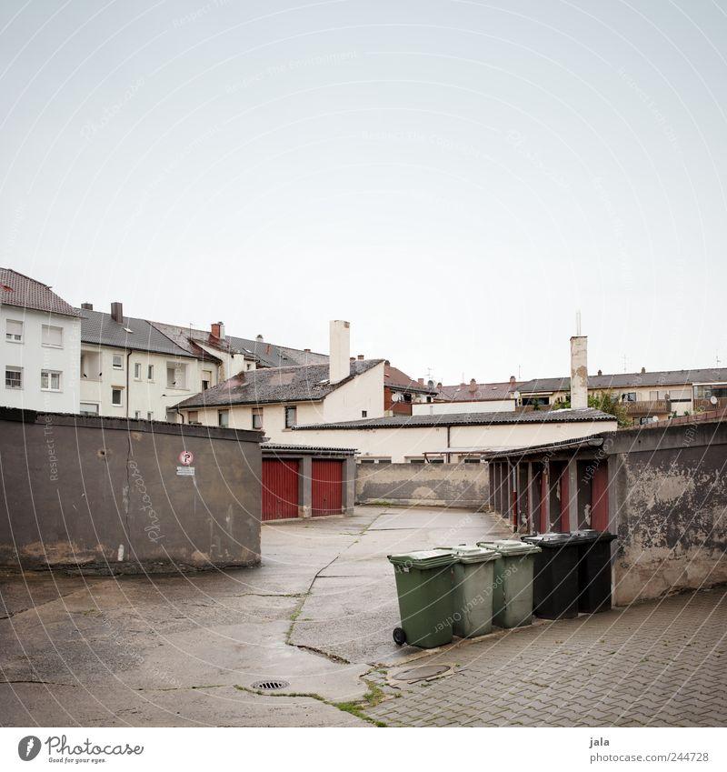 sei zum essen zu hause Himmel Haus Platz Bauwerk Gebäude Hinterhof Garage Garagentor Mehrfamilienhaus Müllbehälter Fenster Tür Dach Schornstein trist Stadt Hof