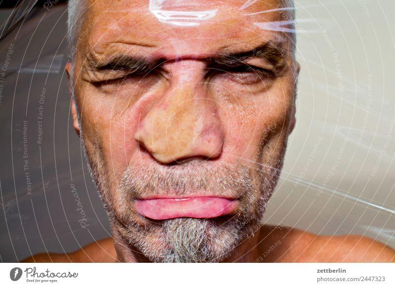 Deformiertes Portrait Mensch Mann Gesicht Auge Mund Nase Kunststoff Bart Fensterscheibe Verzerrung Folie zerquetschen Deformation verschoben Prellung