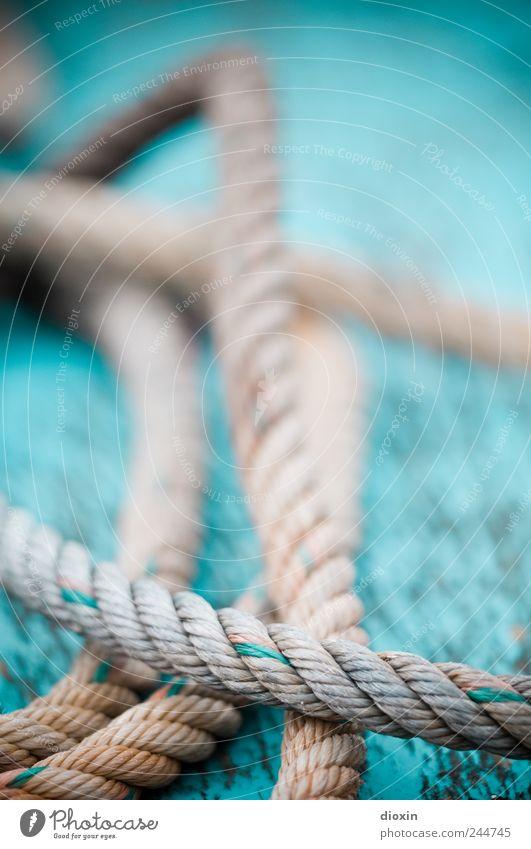 Seilschaft 1 alt Farbe Seil liegen authentisch Vergänglichkeit Schnur Verbindung Verfall Schifffahrt Zusammenhalt Schiffsdeck Fischerboot An Bord