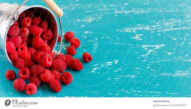 Frische Himbeeren in einem kleinen Metalleimer Frucht Dessert Ernährung Frühstück Vegetarische Ernährung Diät Sommer frisch hell natürlich blau rosa rot türkis