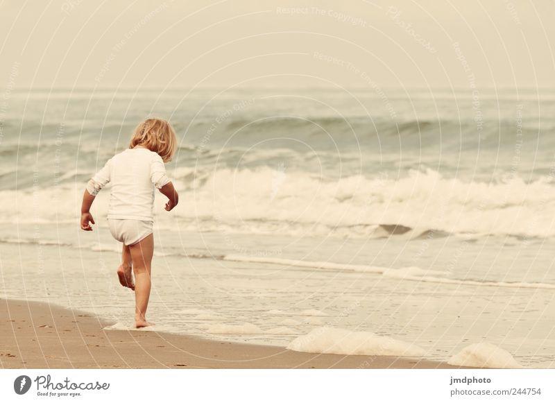 Spielkind Ferien & Urlaub & Reisen Tourismus Ausflug Sommerurlaub Strand Meer Kleinkind 1 Mensch Wellen Küste springen stehen toben kalt nass niedlich Glück