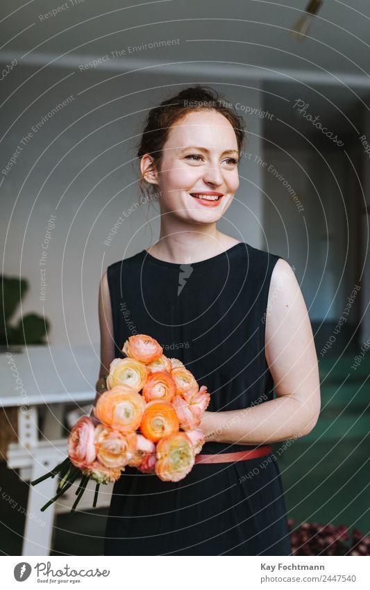 Junge lächelnde Floristin mit einem Strauß Ranunkeln Lifestyle kaufen harmonisch Wohlgefühl Zufriedenheit Duft Häusliches Leben Wohnung Dekoration & Verzierung