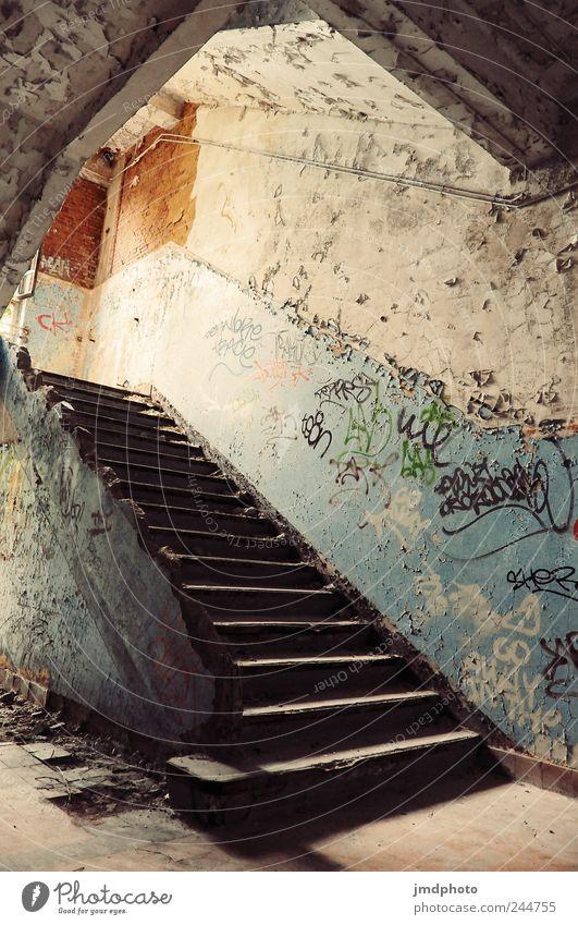 Schmierereien Kunst Maler Ruine Mauer Wand Treppe alt kalt kaputt trashig trist gewissenhaft Reinlichkeit Sauberkeit Moral stagnierend Verfall Vergänglichkeit