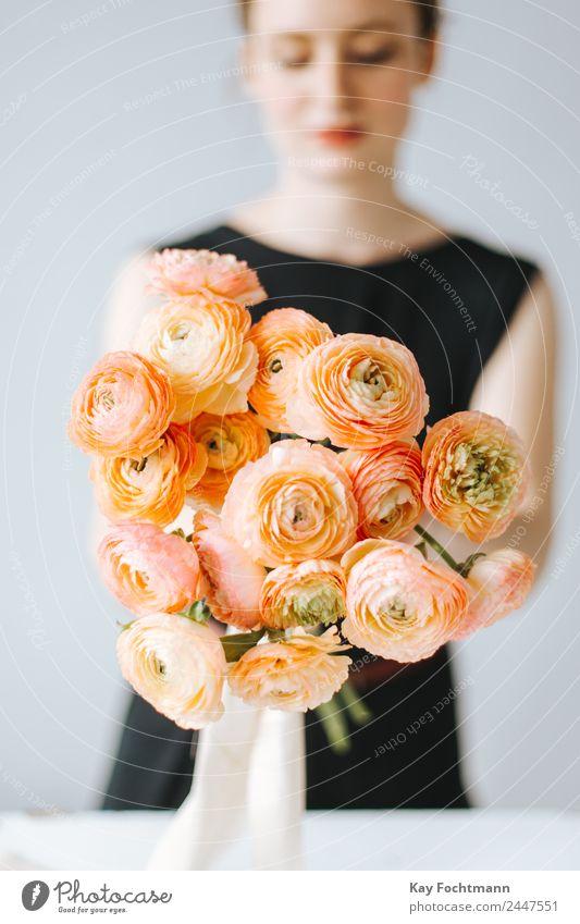 Ein Strauß Ranunkeln in der Hand einer Floristin Lifestyle elegant Stil harmonisch Zufriedenheit Erholung Duft Wohnung Dekoration & Verzierung Feste & Feiern
