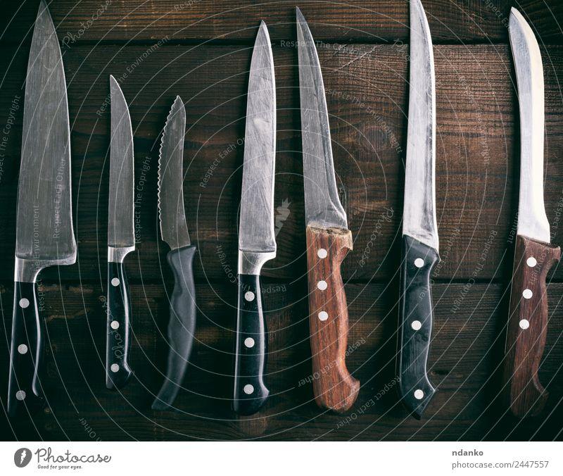 verschiedene Küchenmesser verwendet Messer Tisch Holz Metall Stahl alt braun Hintergrund Klinge Holzplatte Essen zubereiten Schneiden heimisch Gerät