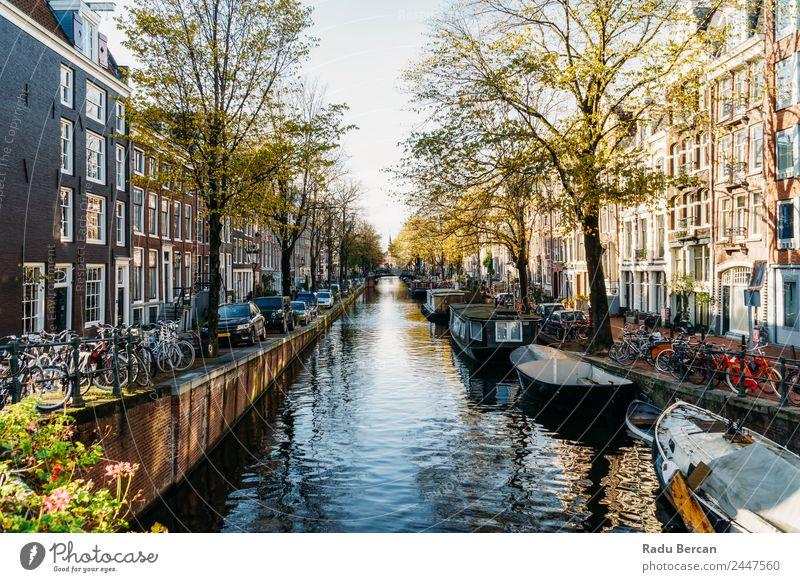 Niederländische Häuser und Hausboote am Amsterdamer Kanal im Herbst Lifestyle elegant Stil Design Ferien & Urlaub & Reisen Tourismus Ausflug Abenteuer