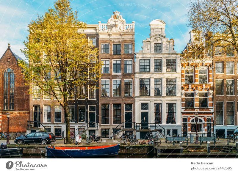 Schöne Architektur niederländischer Häuser und Hausboote am Amsterdamer Kanal im Herbst Niederlande Großstadt Berühmte Bauten Ferien & Urlaub & Reisen