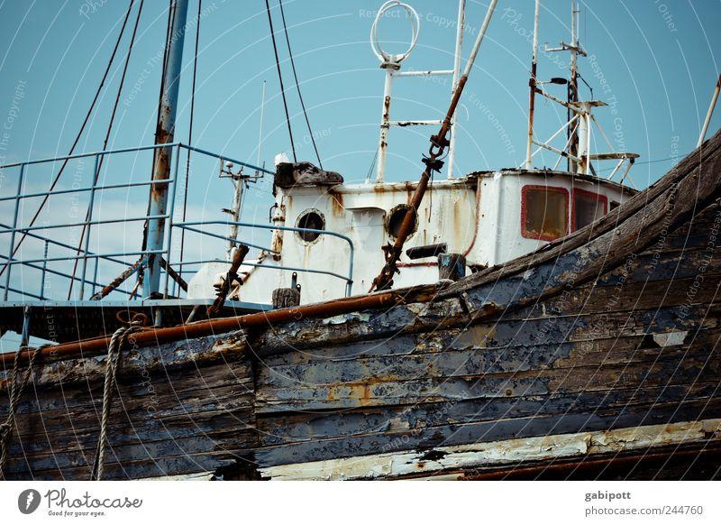 Wohin die Schiffe sterben gehen alt weiß blau Holz Metall Wasserfahrzeug braun Verkehr liegen kaputt Wandel & Veränderung Vergänglichkeit Sehnsucht verfallen Vergangenheit Verfall