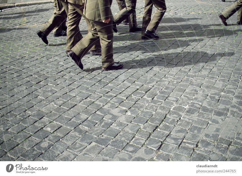 Abmarsch! Mensch Mann Straße Menschengruppe Fuß Beine Erwachsene gehen maskulin Sicherheit Schutz Italien Beruf Polizist Kontrolle Kopfsteinpflaster