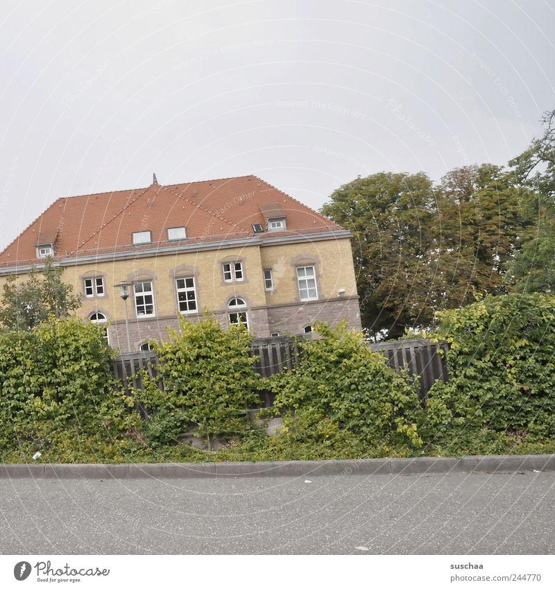 der horizont is schief ... Himmel Baum Haus Straße Fenster Gebäude Dach Reichtum Gutshaus Stadtrand Kleinstadt Gedeckte Farben Domizil Anwesen