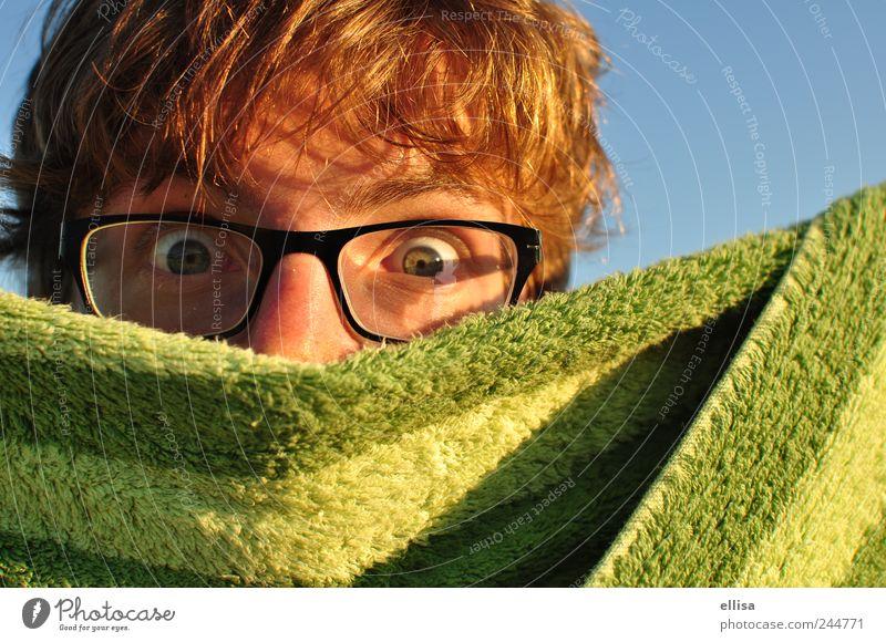 Verdeckte Ermittlungen maskulin Junger Mann Jugendliche Auge Brille beobachten Blick blond blau grün Neugier spionieren Handtuch Streifen Überraschung verdeckt