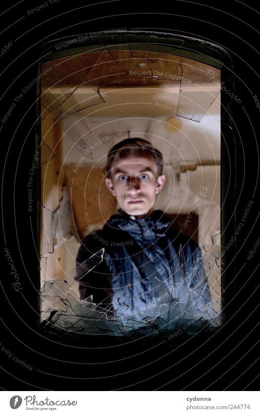 Gruselfaktor Lifestyle Raum Mensch Junger Mann Jugendliche 18-30 Jahre Erwachsene Ruine Fenster Angst entdecken Erwartung bedrohlich geheimnisvoll Leben Mut